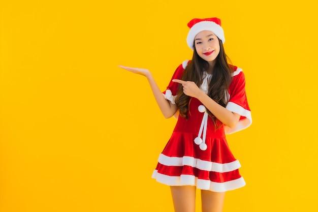 Retrato hermosa joven asiática ropa de navidad y sombrero sonrisa feliz