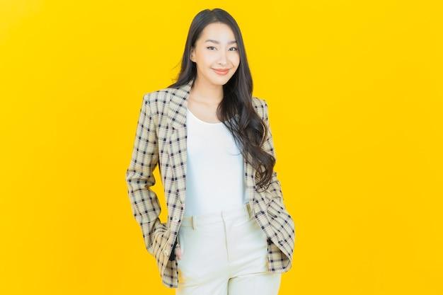 Retrato hermosa joven asiática sonrisa con acción