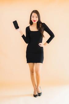 Retrato hermosa joven asiática sonrisa feliz uso inteligente teléfono móvil