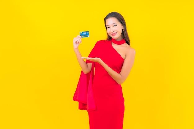 Retrato hermosa joven asiática con tarjeta de crédito
