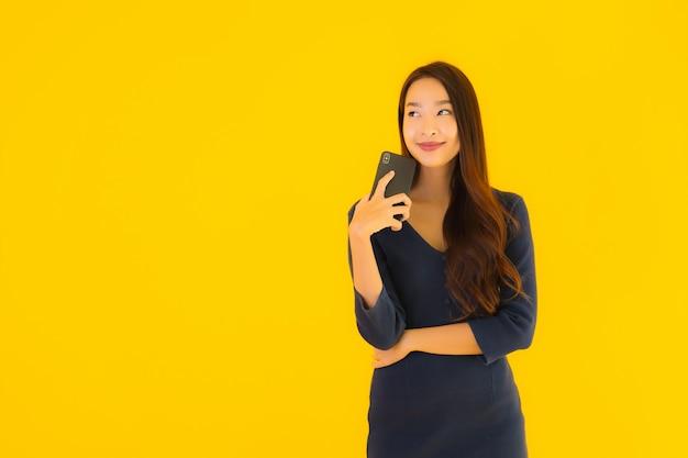 Retrato hermosa joven asiática con teléfono
