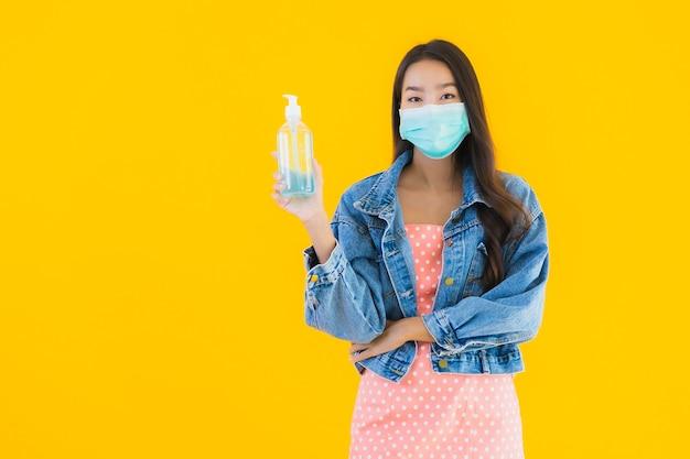 Retrato hermosa joven asiática usar máscara para proteger coronavirus o covid19