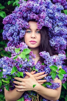 Retrato de una hermosa joven en una corona de color lila.