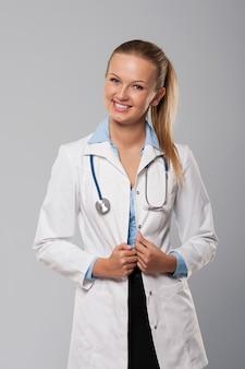 Retrato de hermosa joven doctora