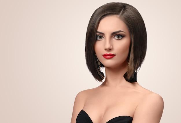 Retrato de hermosa joven elegante con corte de pelo corto
