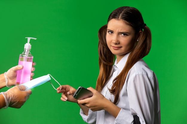 Retrato de hermosa joven estudiante aislado