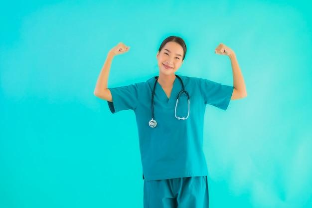 Retrato hermosa joven médico asiático mujer sonrisa con mucha acción