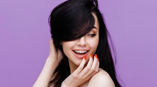 Retrato de hermosa joven modelo con maquillaje natural nude en púrpura