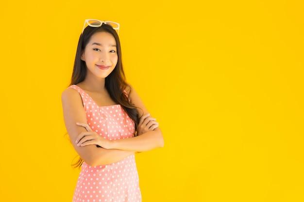 Retrato hermosa joven mujer asiática sonrisa feliz