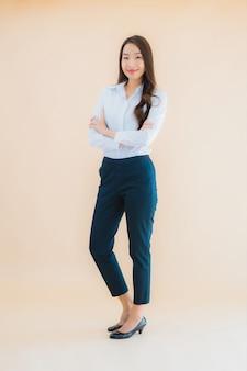Retrato hermosa joven mujer de negocios asiática