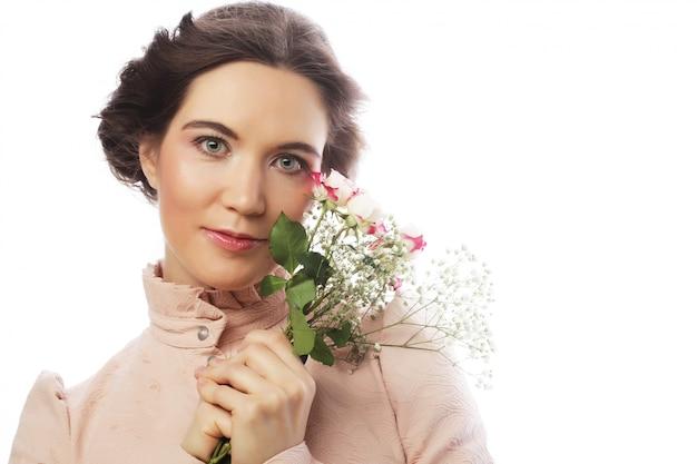 Retrato de la hermosa joven novia en vestido rosa
