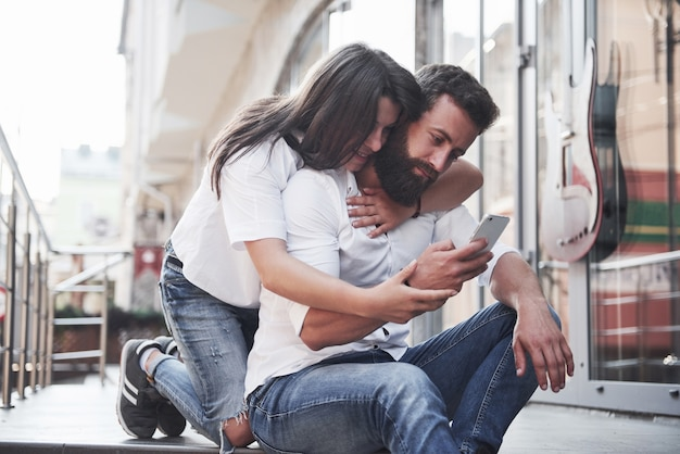 Retrato de una hermosa joven pareja sonriendo juntos.