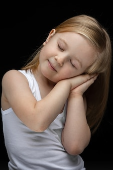 Retrato de hermosa joven con pelo rubio corto quiere dormir
