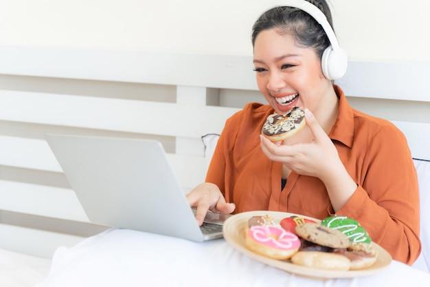 Retrato hermosa joven regordeta alegría de comer comida chatarra