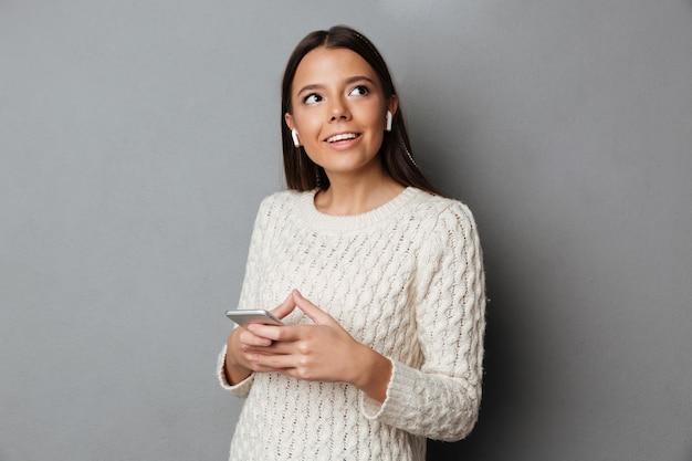 Retrato de una hermosa joven en suéter