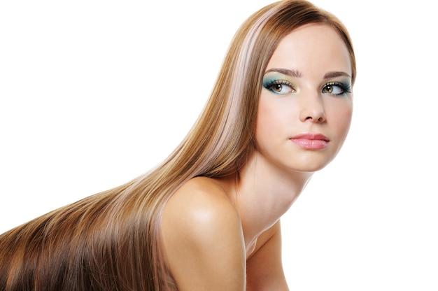 Retrato de hermosa jovencita con cabello largo y exuberante suave