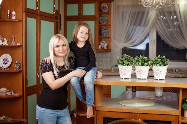 Retrato hermosa madre e hija en casa