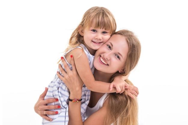 Retrato hermosa madre e hija caucásicas