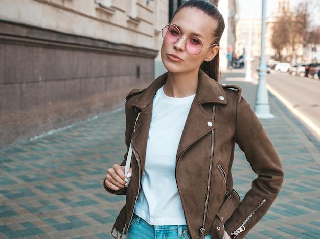 Retrato de la hermosa modelo morena vestida con ropa de verano hipster chaqueta