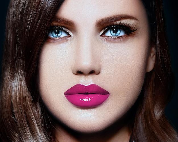 Retrato de la hermosa modelo de mujer joven caucásica con estilo sexy con labios naturales rosados