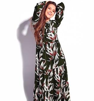 Retrato de la hermosa modelo de mujer morena caucásica sonriente en vestido elegante de noche verde oscuro aislado sobre fondo blanco