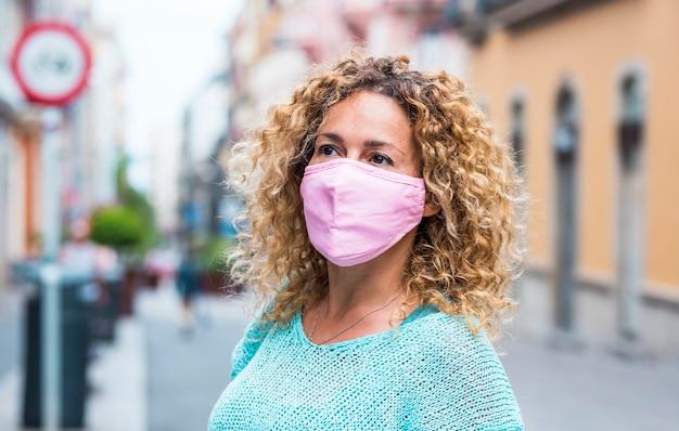 Retrato de hermosa mujer adulta caucásica usa máscara de protección durante coronavirus covid