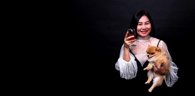 Retrato de hermosa mujer asiática con una copa de champán