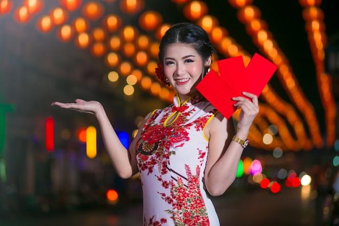 Retrato hermosa mujer asiática en vestido cheongsam