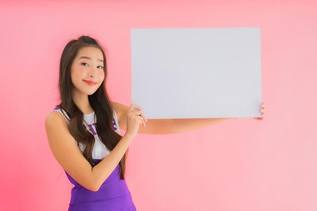 Retrato hermosa mujer asiática joven animadora sonrisa mostrar pizarra vacía