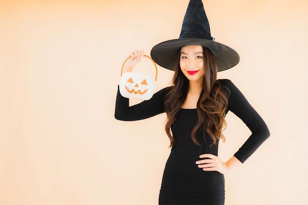 Retrato hermosa mujer asiática joven llevar disfraz de halloween