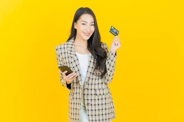 Retrato hermosa mujer asiática joven sonrisa con tarjeta de crédito