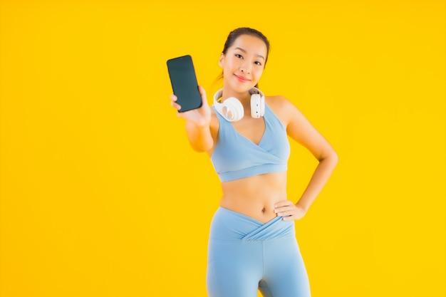 Retrato hermosa mujer asiática joven usar ropa deportiva con smartphone