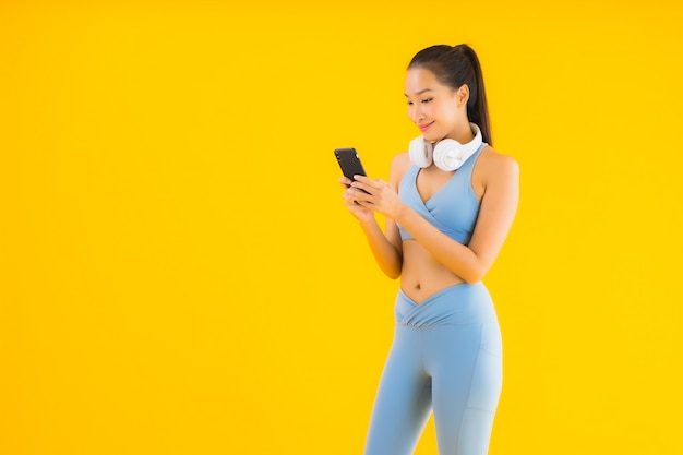 Retrato hermosa mujer asiática joven usar ropa deportiva con teléfono inteligente