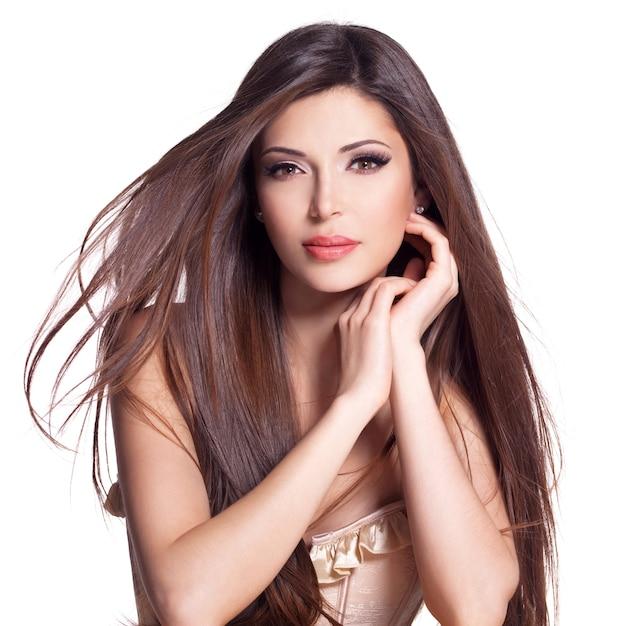 Retrato de una hermosa mujer bonita blanca con pelo largo y recto