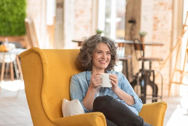 Retrato hermosa mujer disfrutando de una taza de café