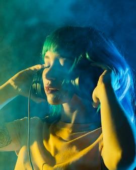 Retrato hermosa mujer dj con auriculares