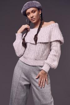 Retrato de hermosa mujer encantadora en suéter acogedor y boina