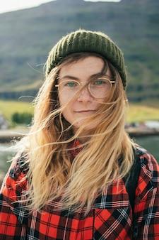 Retrato de hermosa mujer escandinava auténtica