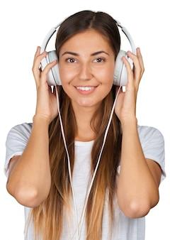 Retrato de una hermosa mujer estudiante escuchando música