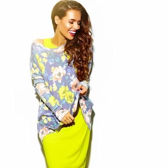 Retrato de hermosa mujer feliz en verano hipster ropa amarilla colorida brillante con labios rojos