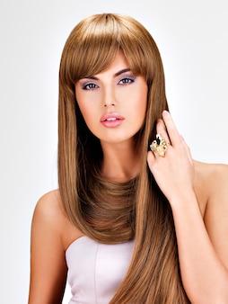 Retrato de una hermosa mujer india con cabello castaño largo y recto.