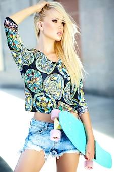 Retrato de hermosa mujer joven con estilo en la calle