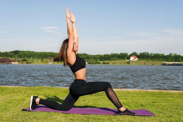Retrato de hermosa mujer joven haciendo ejercicio en el parque trabajando por la mañana.