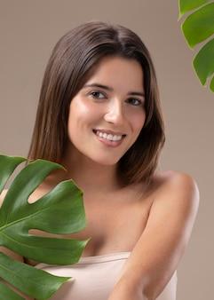 Retrato de hermosa mujer joven natural