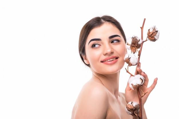 Retrato de hermosa mujer joven con piel sana y con flor en su hombro aislado