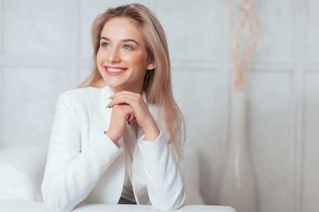 Retrato de hermosa mujer joven que trabaja en la oficina.
