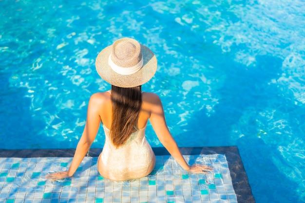 Retrato de hermosa mujer joven relajándose en la piscina