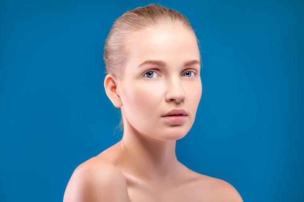 Retrato de hermosa mujer modelo en azul