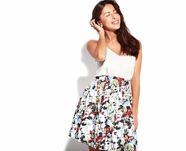 Retrato hermosa mujer morena linda modelo en ropa casual de verano sin maquillaje aislado en blanco