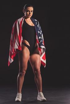 Retrato de hermosa mujer musculosa fuerte.
